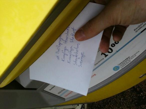 Sedan lades brevet på lådan.