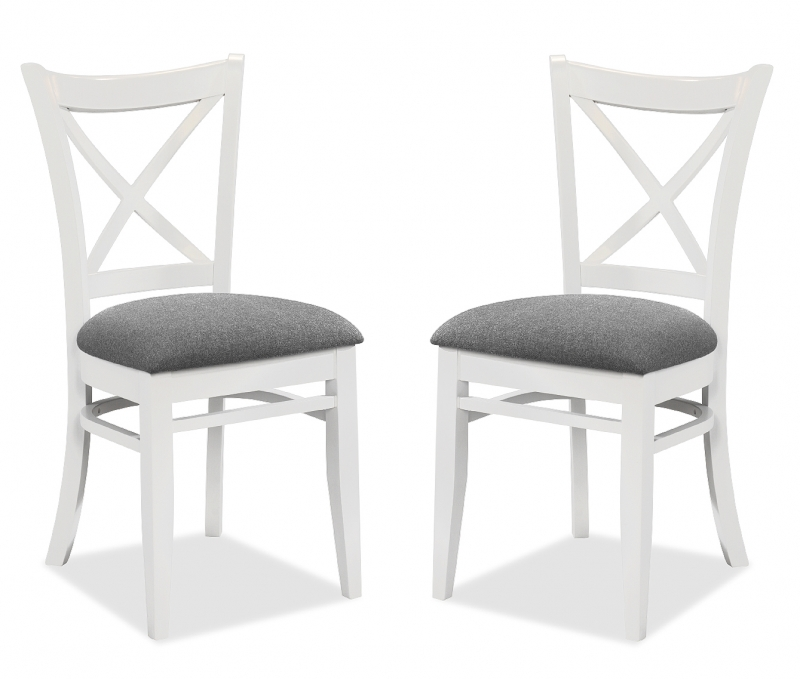 chaises blanches et bois gamboahinestrosa