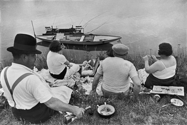Au bord de la Marne (by the Marne river.) Henri Cartier-Bresson, 1938