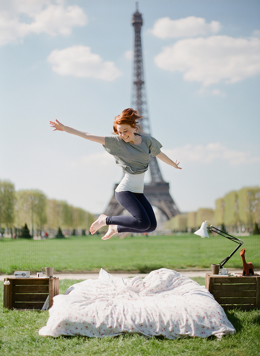 photo-shoot-at-the-eiffel-tower-with-a-bed-and-pajamas-09