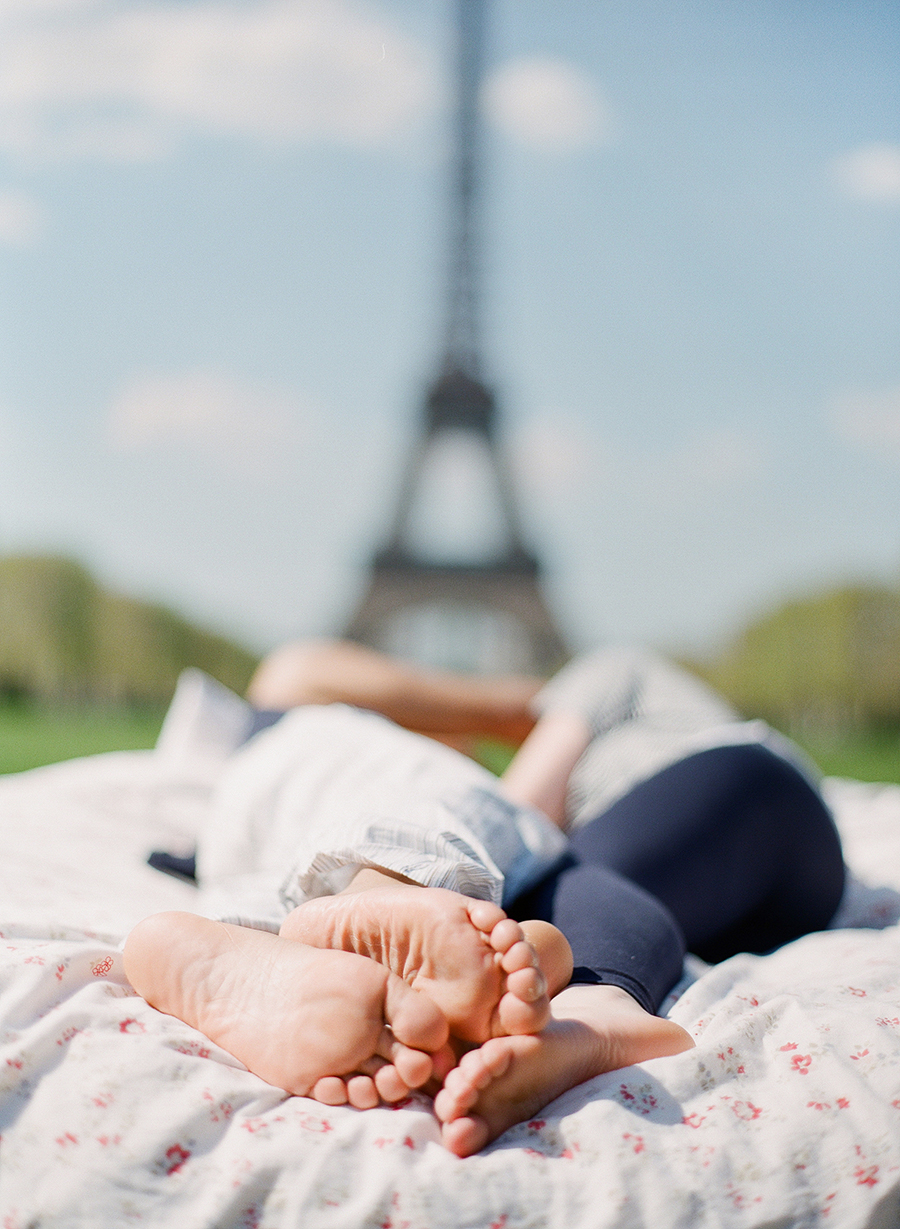 photo-shoot-at-the-eiffel-tower-with-a-bed-and-pajamas-13
