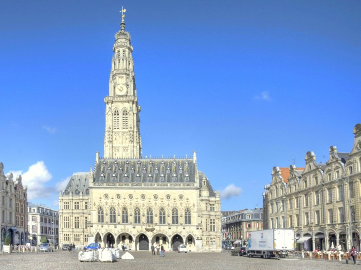 Place des Héros, Town-Hall and Belfry, Arras © Pir6mon, licence [CC SA 1.0], from Wikimedia Commons.