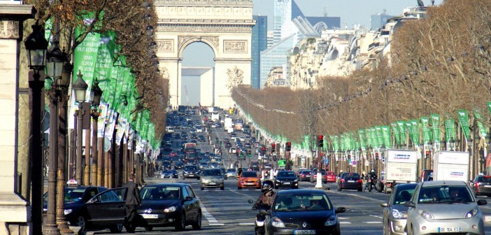 Champs-Elysées arc de triomphe © French Moments