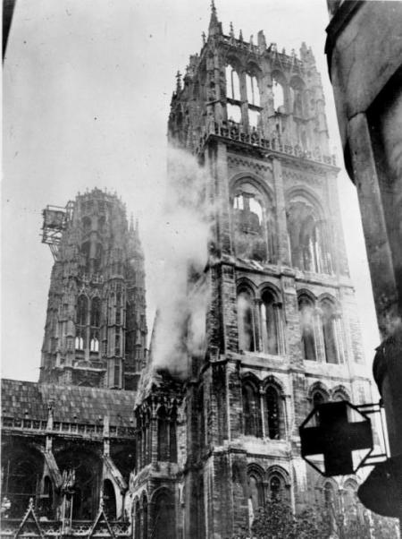 Tour St Romain after the 1944 Allied bombs © crédit photo Deutsches Bundesarchiv 1944