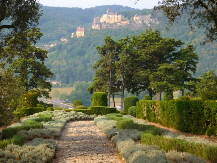 The castle of Castelnaud seen from the gardens of Marqueyssac © French Moments