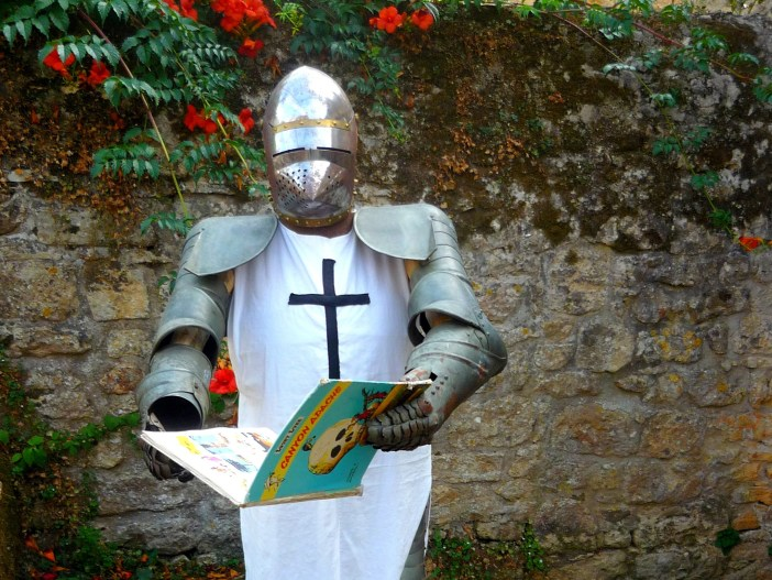 A knight reading comic books in Domme © French Moments