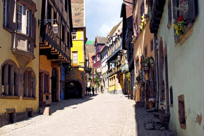 Grand-Rue or Rue du Général de Gaulle in Riquewihr © French Moments