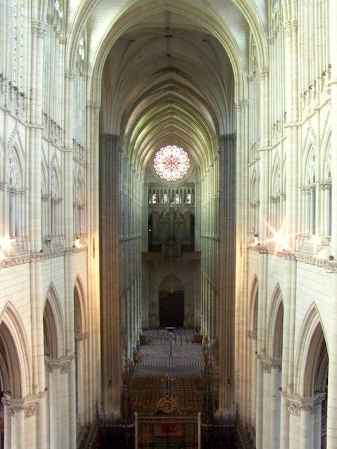 Nave © Guillaume Piolle, licence [CC-BY-SA-3.0], from Wikimedia Commons.