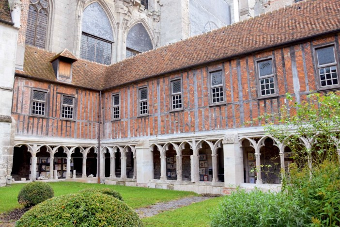 Cloister of Beauvais Cathedral © Chatsam - licence [CC BY-SA 3.0] from Wikimedia Commons