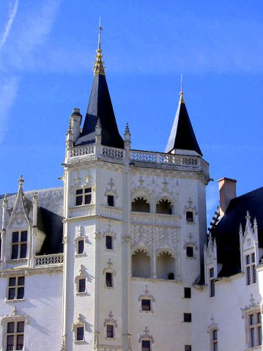"The ""Grand Logis"" and its Golden crown tower © florestan, CC BY 3.0, from wikimedia common"