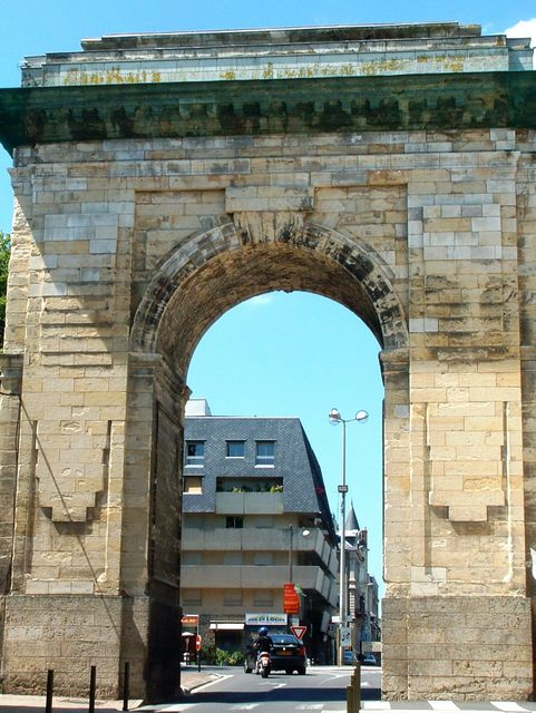 Porte de Paris Nevers © Mossot - licence [CC BY-SA 3.0] from Wikimedia Commons
