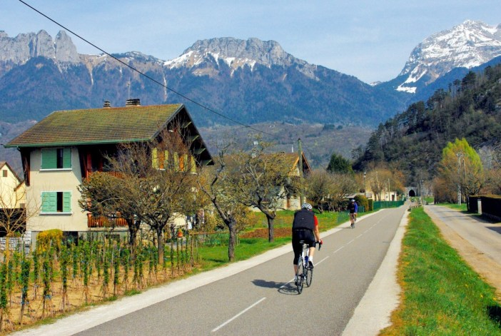 The cycling path around Lake Annecy © French Moments