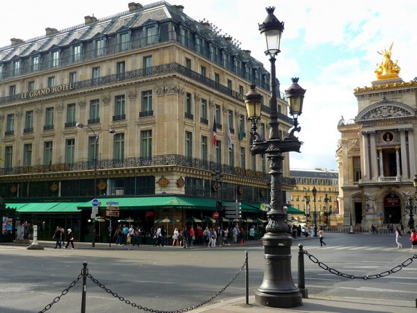 Candelabra in the Grands Boulevards © French Moments