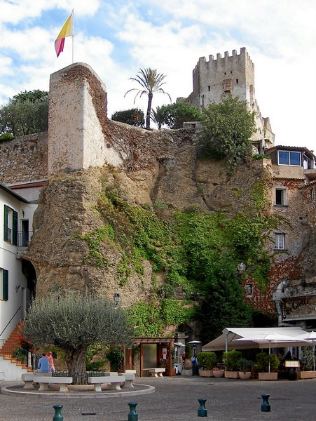 Roquebrune Castle © licence [CC BY-SA 3.0] from Wikimedia Commons