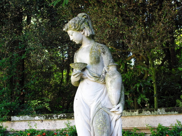 Statue in circular court, Parc de Bagatelle © French Moments