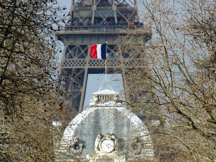 French flag on Ecole Militaire © French Moments