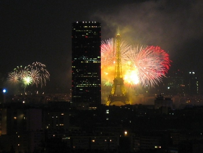 Fireworks in Paris - licence [CC BY-SA 2.5] from Wikimedia Commons© Thierry Bézecourt