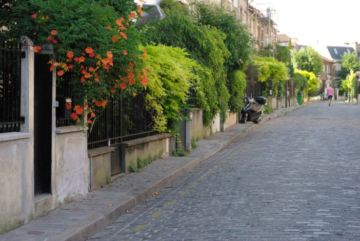 Lush front garden, rue Irénée Blanc © French Moments