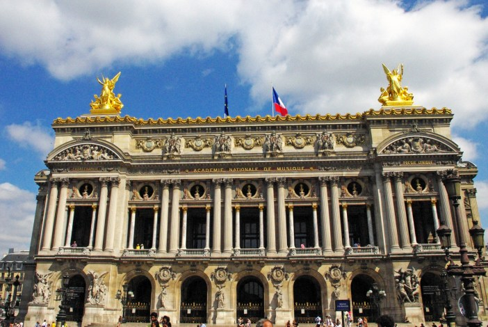 The main façade onto the place de l'Opéra © French Moments