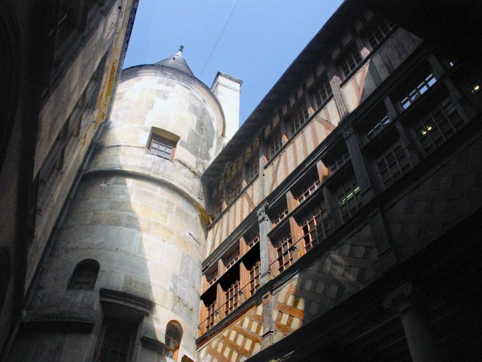 The inner courtyard of the House of the Exchequer in Rouen © French Moments