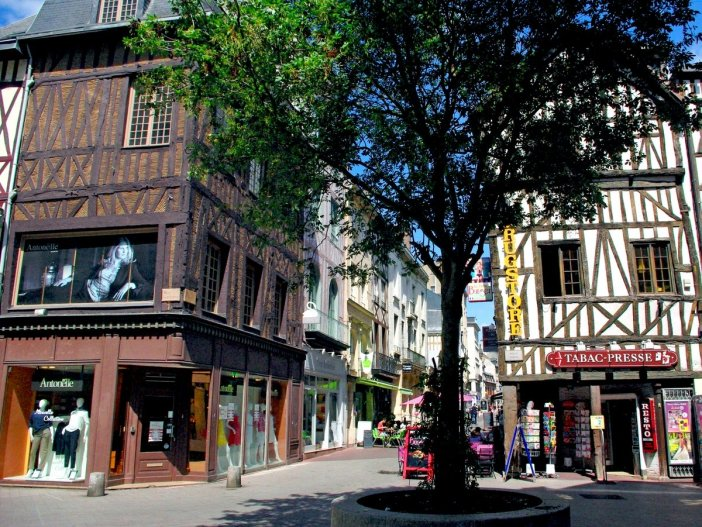 Walking in the old town of Rouen: Rue Ganterie © French Moments