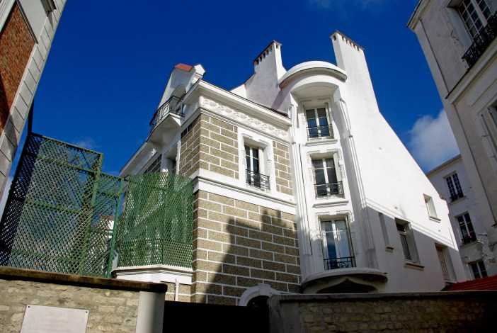 The house which used to belong to French starlet Dalida, rue d'Orchampt © French Moments