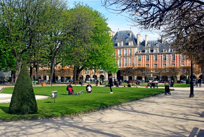 Picnic time on the Place des Vosges, Paris on 9. April 2016 © French Moments