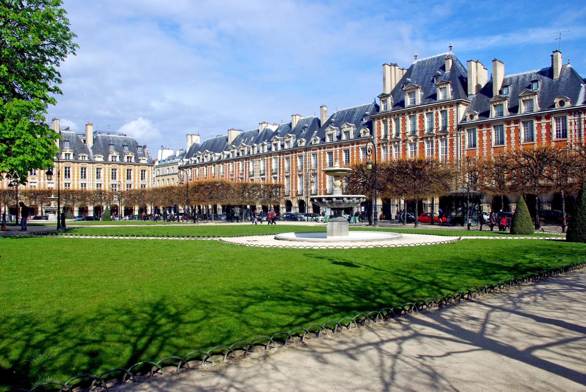 Saturday morning on the place des vosges french moments - Comptoir des cotonniers place des vosges ...