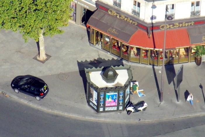 Newspaper kiosk in Place du 18 juin 1940 (Montparnasse) © French Moments