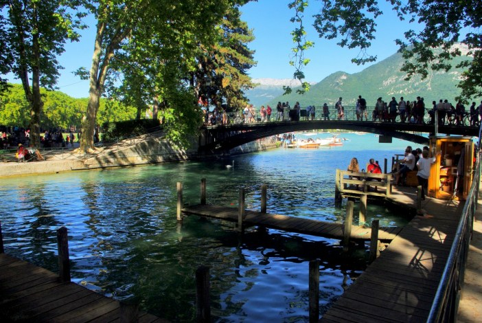 Canal du Vassé and Pont des Amours, Annecy © French Moments