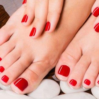 beauté des mains et pieds avec vernis permanent pose de vernis couleur sur les ongles des pieds Soin pose de vernis couleur pour les pieds