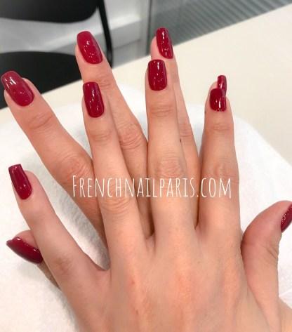 Offrez des ongles infiniment plus longs et magnifiquement décorés avec une mise en beauté des mains associée à un vernis permanent de couleurs chatoyantes.