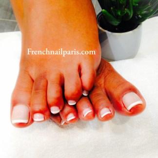 Beauté des pieds avec vernis french