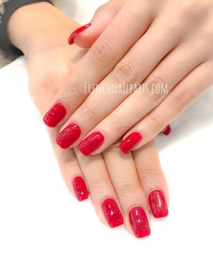 Prenez soins de vos mains et offrez les une pose en résine que vous pouvez agrémenter d'un vernis permanent afin de les mettre en valeur.