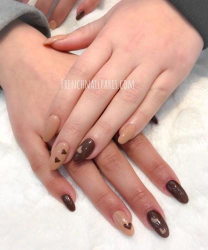 Et pour des mains féminines, sublimez-les avec laposed'ongles en résineassortie d'un vernis permanent.