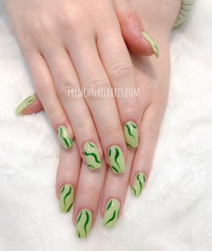 Craquez pour des soins d'expertes avec la pose en résine assortie d'un vernis permanent pour illuminer vos ongles.