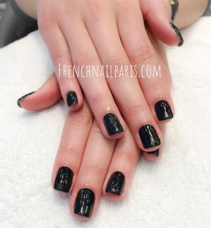Beauté des mains associée à un vernis permanent de couleurs chatoyantes