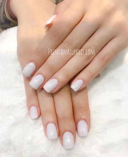 Faites entretenir vos ongles avec un remplissage résine des mains agrémenté d'un vernis permanent préparée par l'équipe d'expertes.
