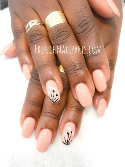 Savourez un moment de douceur et de beauté, optez pour la pose de faux ongles en résine pour les mains avec vernis classique pour un effet décontracté !