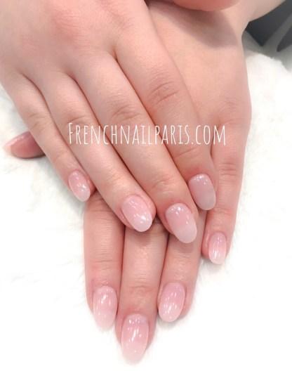 Savourez un moment tout en douceur et optez pour la pose de faux ongles en résine pour les mains avec vernis classique pour un effet des plus naturels !