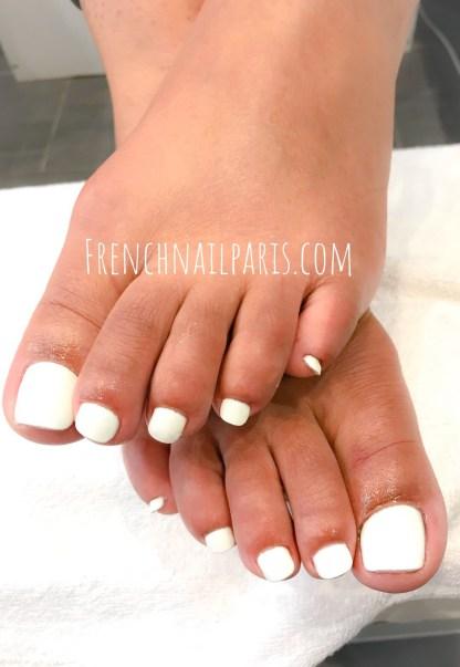 Chouchoutez vos pieds avec des manucures sur-mesure et profitez d'une pose gel des pieds associée à un vernis classique pour un résultat top glamour.