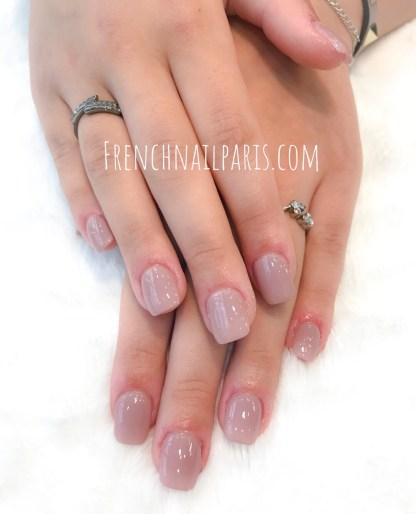 Détendez-vous et profitez d'un délicieux moment pour votre pose de faux ongles des mains en résine avec vernis classique réalisée dans les règles de l'art.