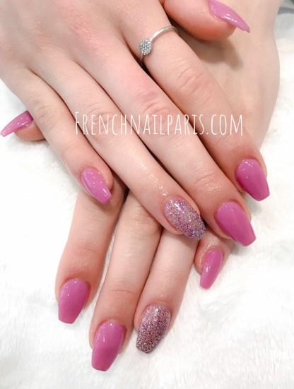 Arborez vos ongles colorés et embellissez les avec un soin remplissage en résine pour les mains agrémentées d'un vernis semi-permanent ultra-tendance