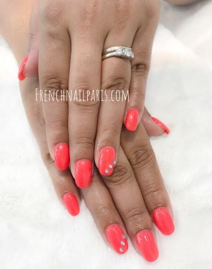 Pour entretenir vos ongles, craquez pour un remplissage en résine que vous pouvez associer à un vernis semi permanent pour un résultat impeccable.