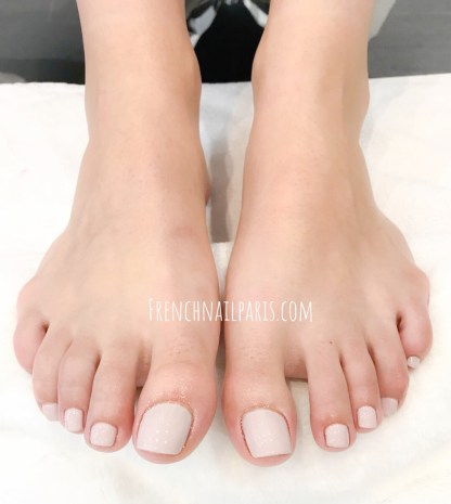 Confiez vos pieds aux soins de ces professionnelles, pourquoi ne pas tenter une beauté des pieds associée à un vernis semi permanent ?