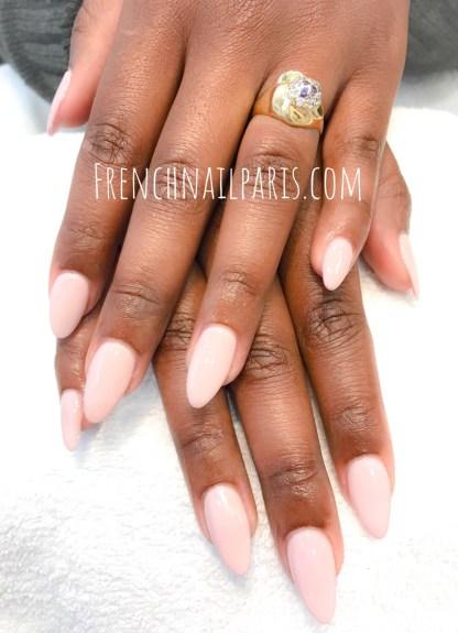 Pour des beaux ongles longs et parfaitement colorés, optez pour une sublime pose en résine sur chablon avec vernis semi permanent afin de magnifier vos ongles !