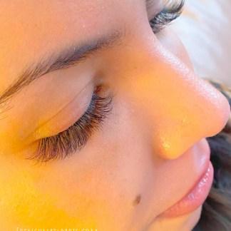 Extension de cils ou pose complète classique cil à cil sont d'autant de soins uniques qui vous permettent d'arborer de jolis yeux.
