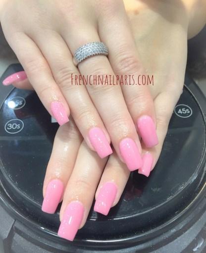 Redonnez du pep's à vos ongles avec un remplissage en gel des mains avec vernis semi permanent parfaitement réalisé par une experte.