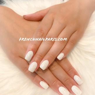 Pour des mains ultra glamour, craquez pour une extension d'ongles en gel assortie d'un vernis semi permanent de couleur chatoyante.