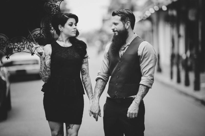 Tattooed-bride-and-groom-with-parasol-800×532